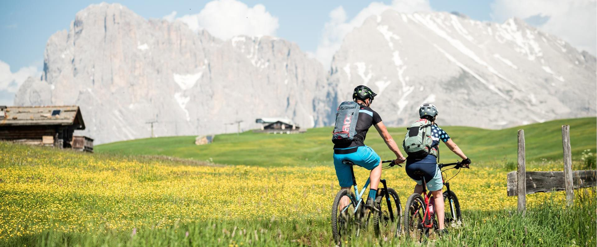 With the mountain bike over the Seiser Alm in the direction of the Plattkofel