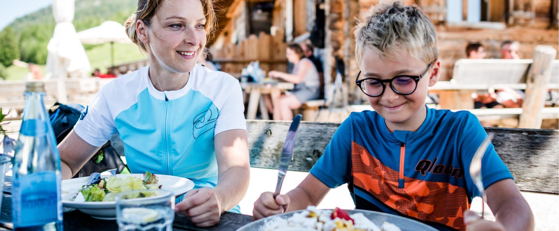 Hike to a mountain hut with children and enjoy a Kaiserschmarrn